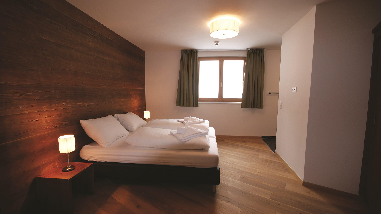 austria_arlberg-ski-area_st-anton_gampen_mountain-lodge-chalets_bedroom.jpg